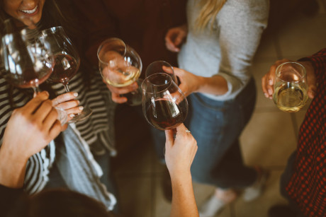 ワインを飲んでいる女の人